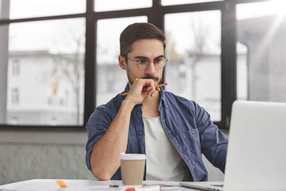 homem profissional concentrado em frente a laptop