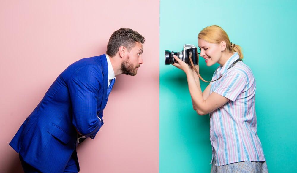 homem sendo fotografado por mulher