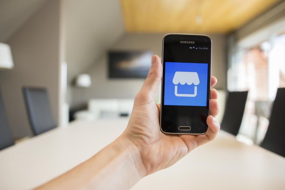 ícone do marketplace dofacebook em tela de smartphone