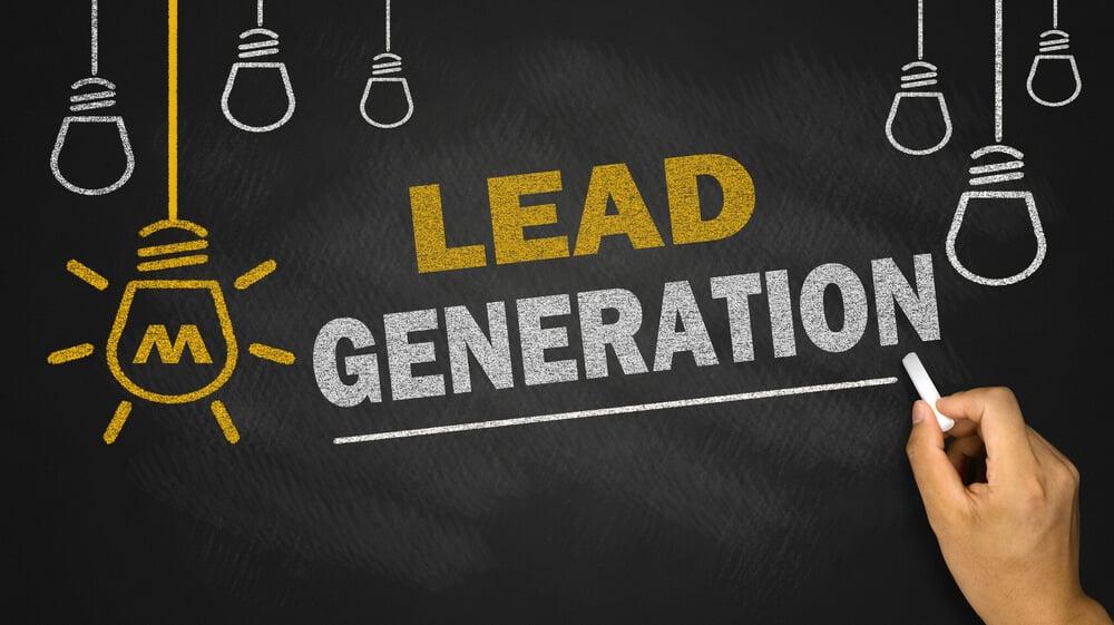 ilustração com titulo lead generation e mão segurando giz