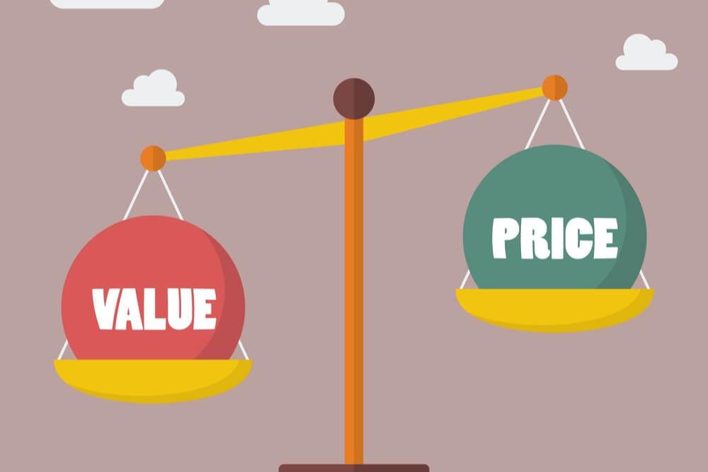 ilustração de balança equilbrando valor e preço