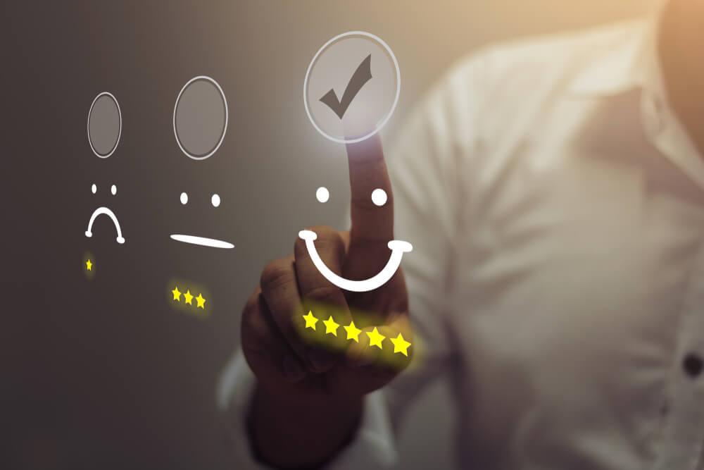 ilustraçao de boa avaliaçao de clientes e homem ao fundo