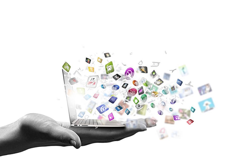 ilustração de mão segurando pequeno laptop com conteúdos