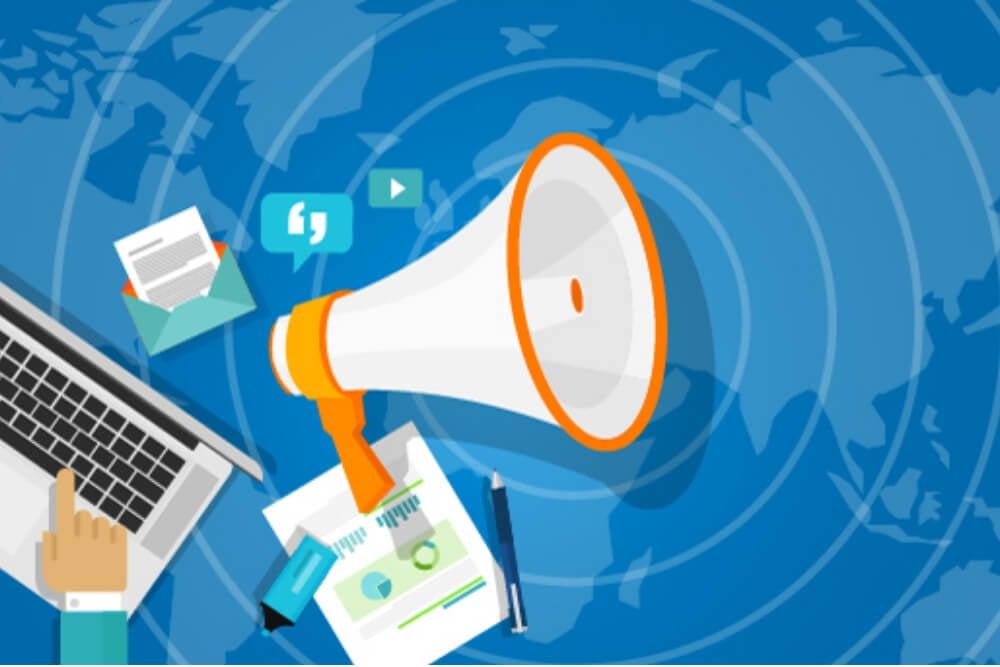ilustraçao de megafone e laptop simbolizando relaçoes publicas na visibilidade da marca