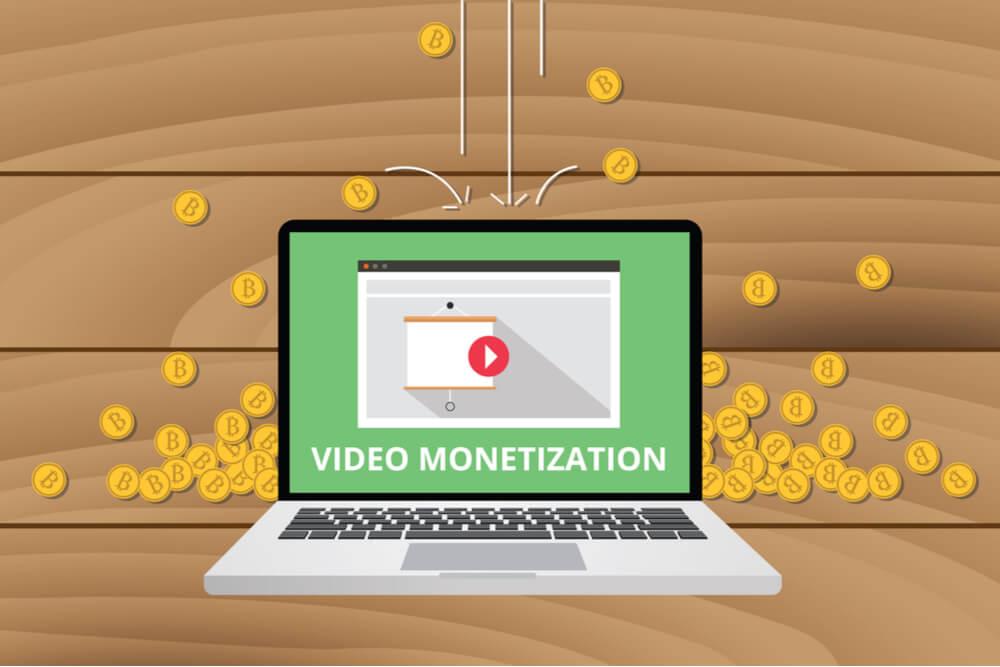 ilustraçao representano laptop em video do site youtube com a frase video monetization e moedas ao fundo