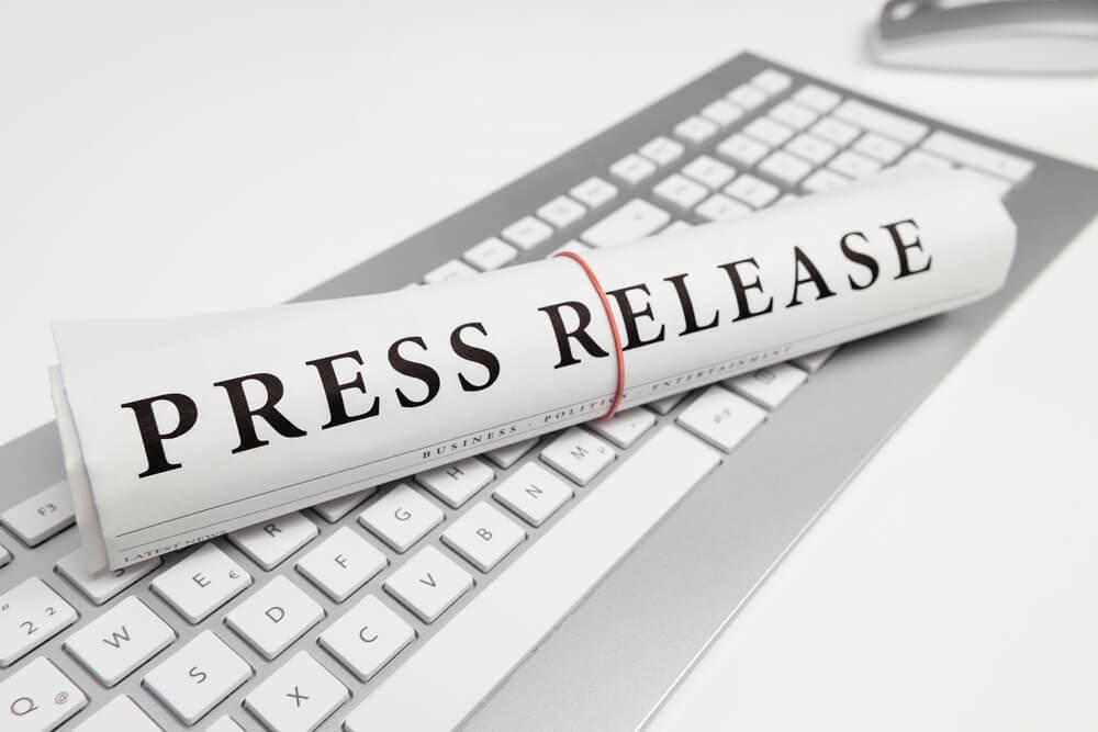 jornal sob teclado com título press release