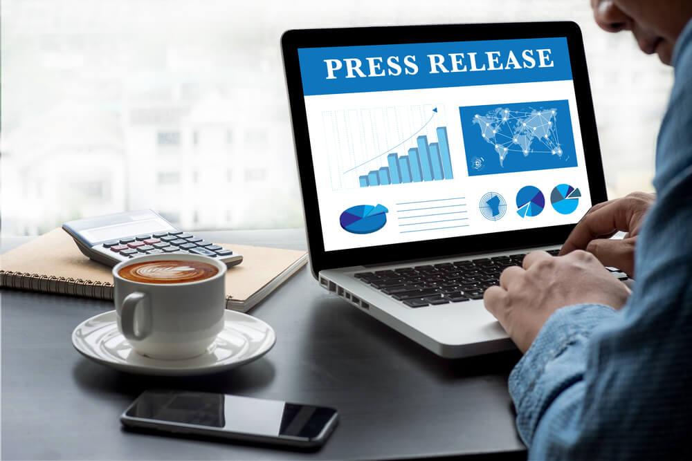 laptop acessando projeto sobre press release