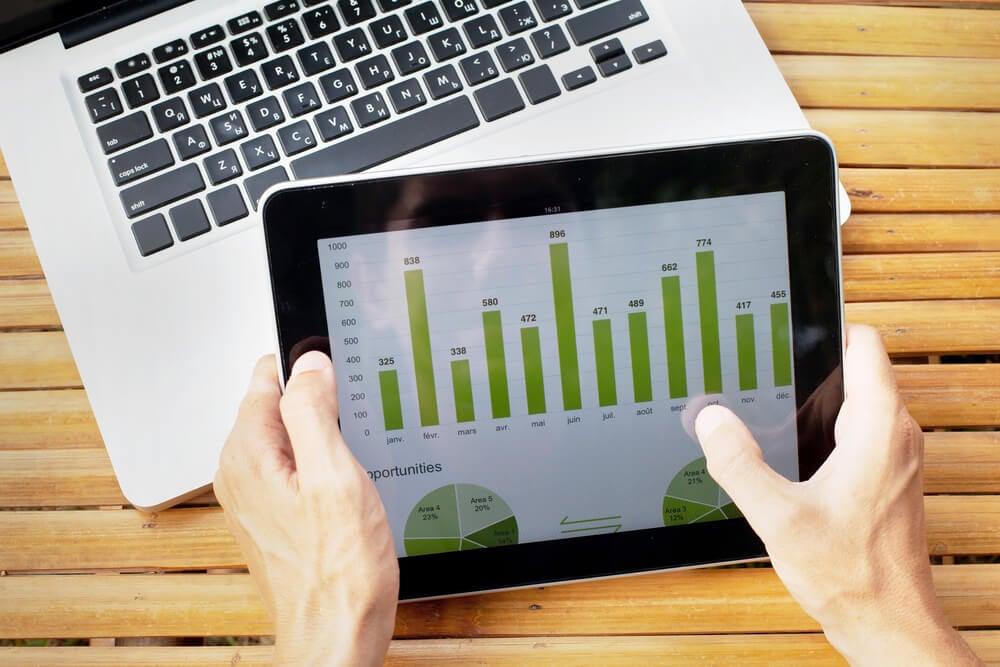 laptop e tablet com dados de gráficos