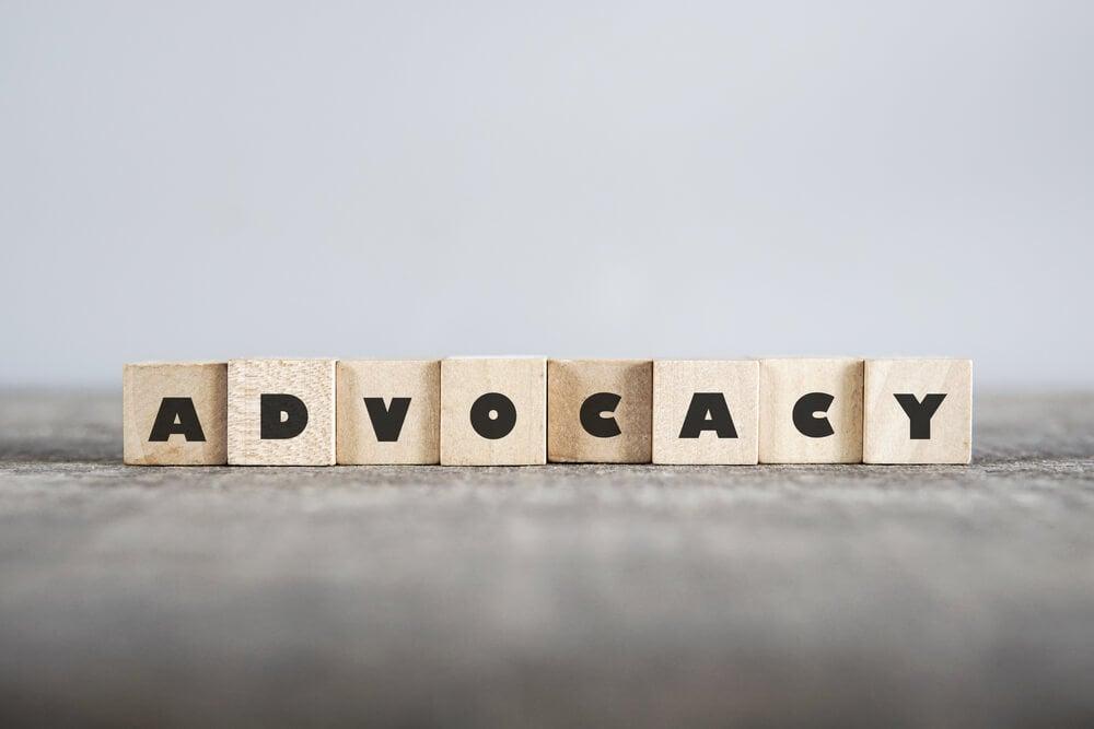 letras em blocos formando a palavra advocacy como processo importante do pós venda