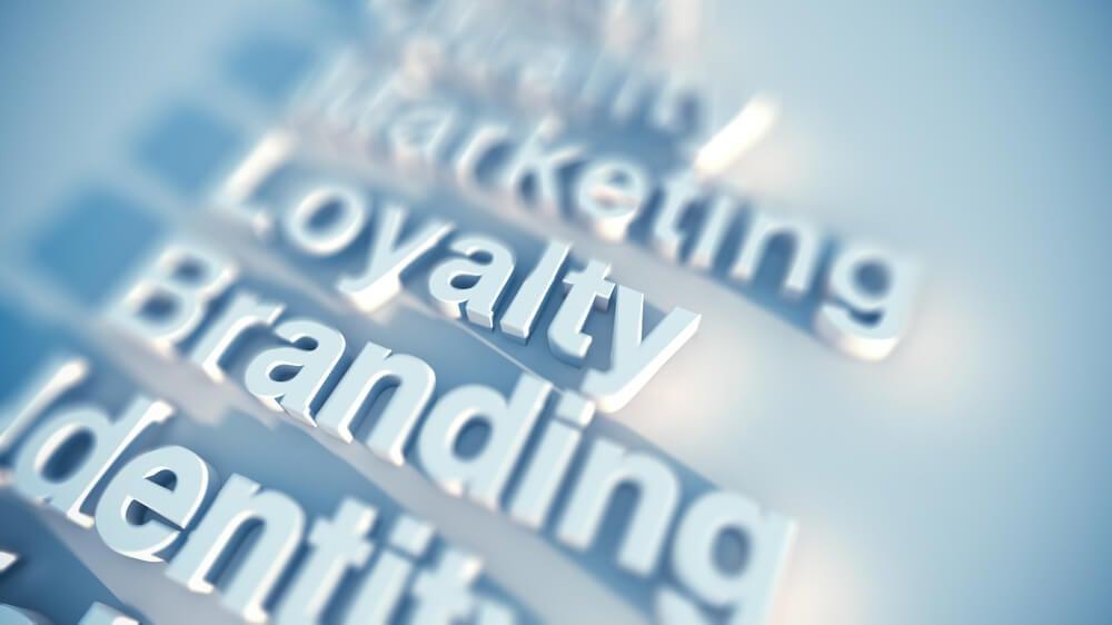 letreiros de termos relacionados a marcas e slogan