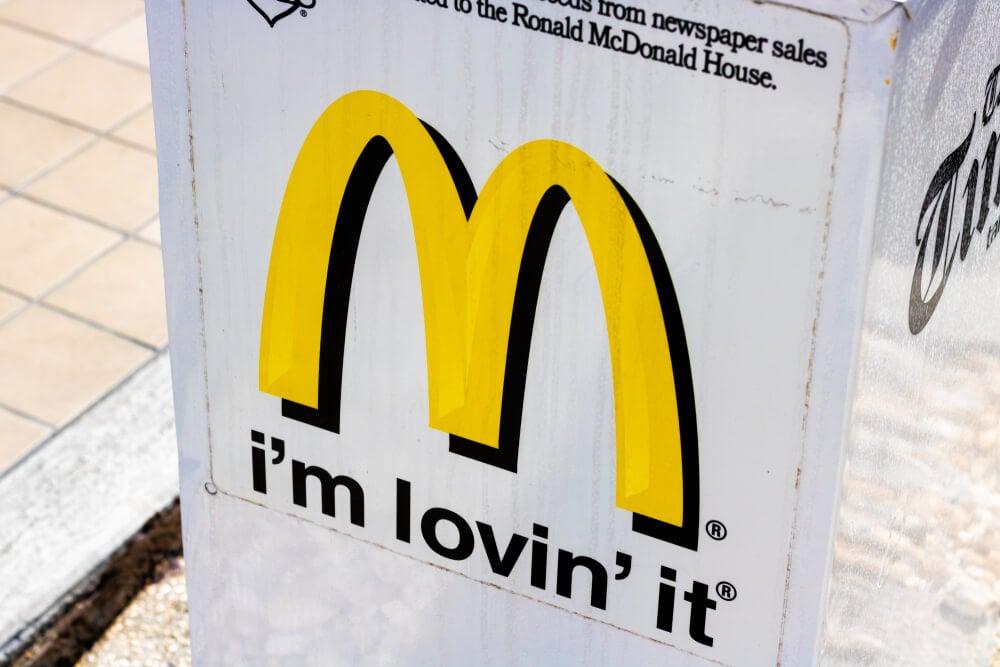 logo e slogan da empresa mc donalds em lata de lixo