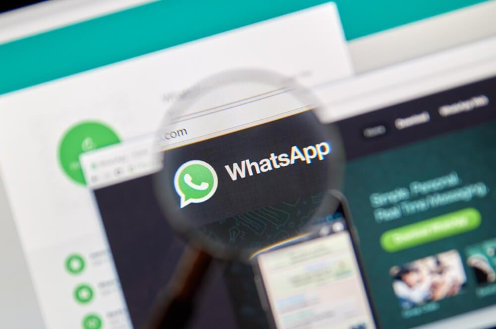 lupa ampliando o nome whatsapp em site whatsapp web no computador
