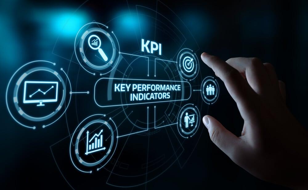 mão assinalando símbolos luminosos relacinados ao título key performance indicattor