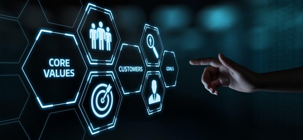mão assinalando símbolos luminosos sobre cliente e estrategias