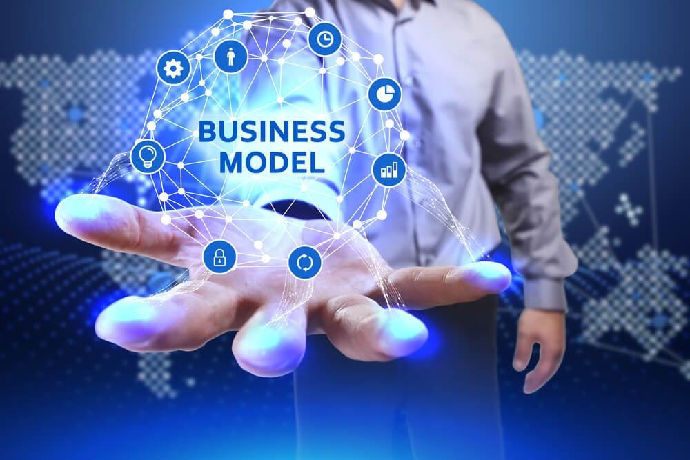 mão de profissional executivo e projeção do título modelo de negócio e diagrama de símbolos relacionados