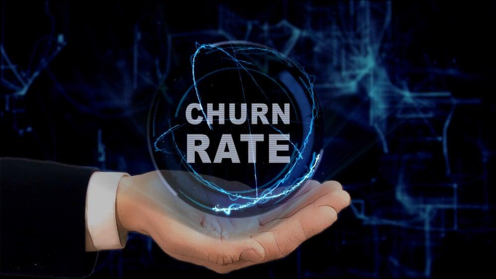 mão masculina de profissional executivo assinalando título Churn Rate