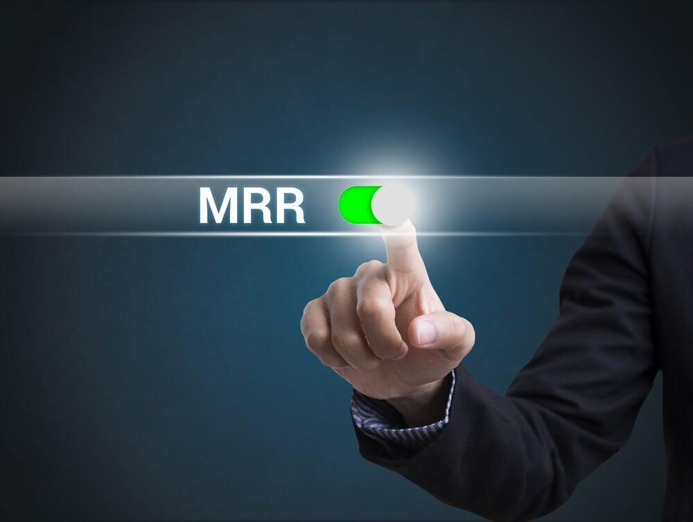 mão masculina de profissional executivo assinalando sigla MRR de tipo de Churn Rate
