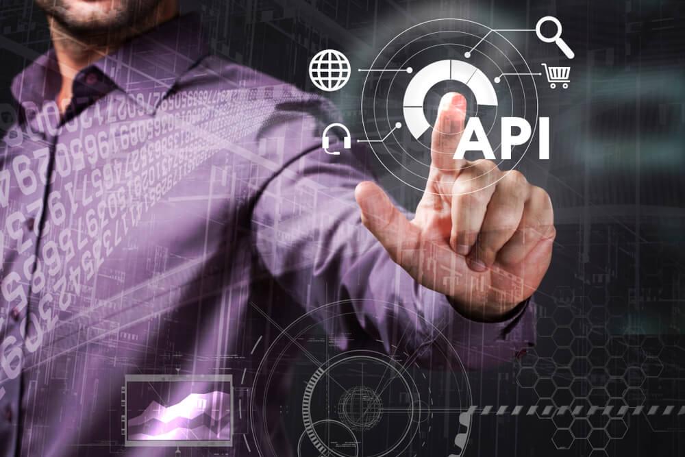 mao masculina em meio a palavra API com icones relacionados
