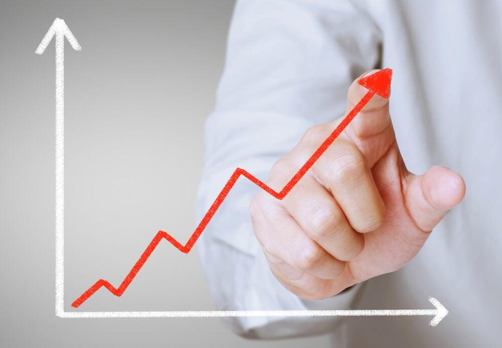 mao masculina indicando crescimento nos negocios
