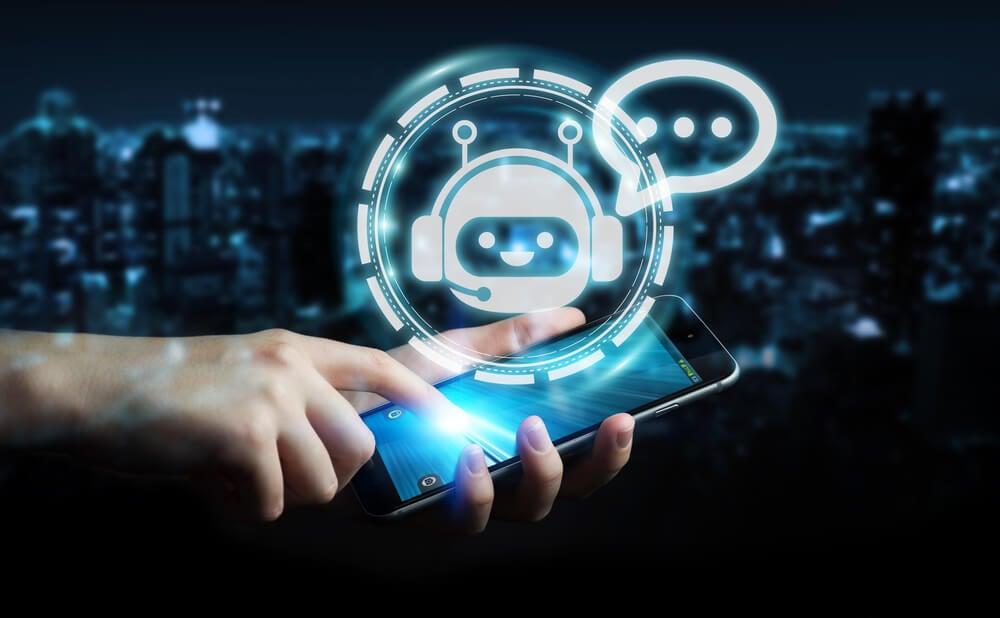mão masculina segurando smartphone com ilustração de robo simbolizando chatbot