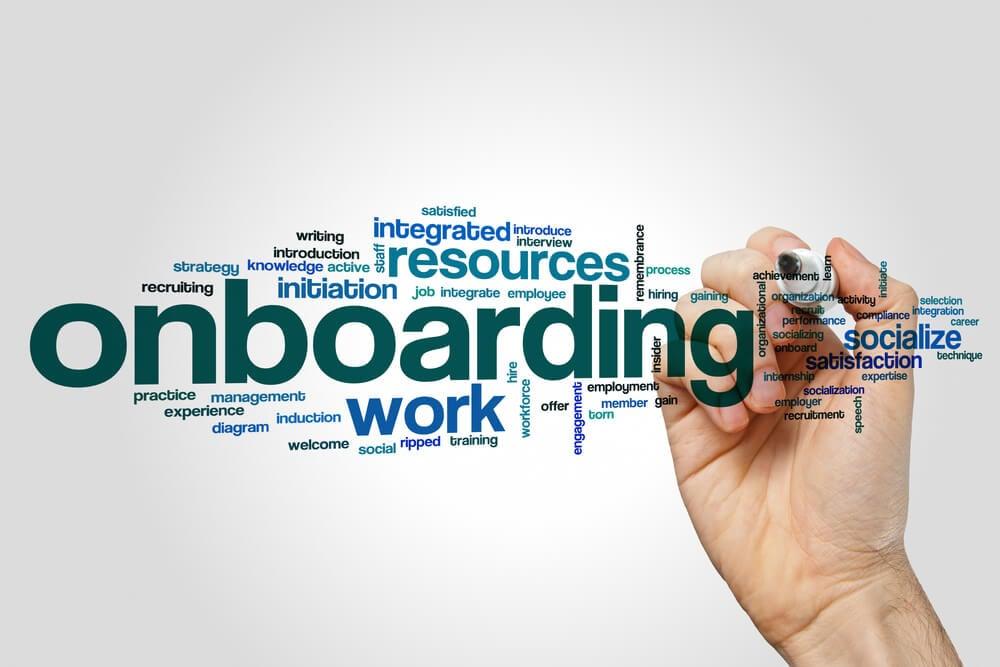 mãos assinalando título Onboarding e termos relacionados