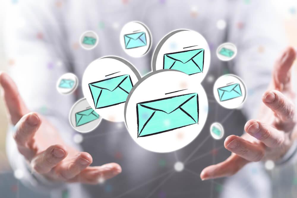 mãos em posição de segurar símbolos de email