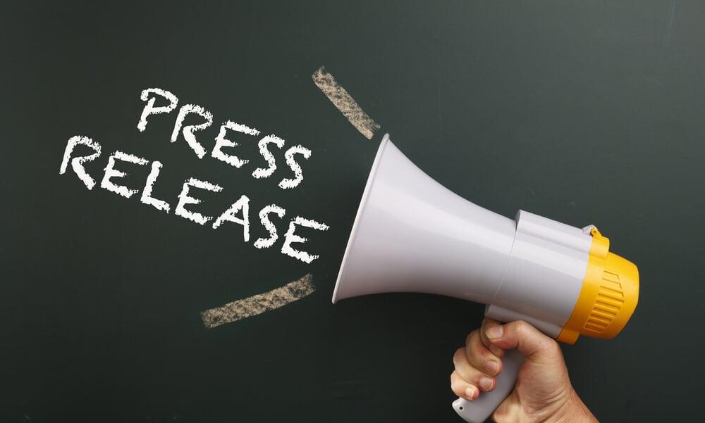 megafone e título press release em giz em quadro negro