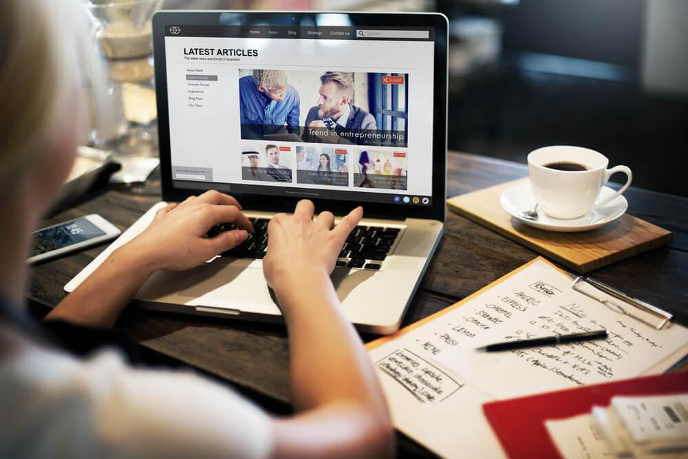 mesa de café com laptop e bloco de anotações