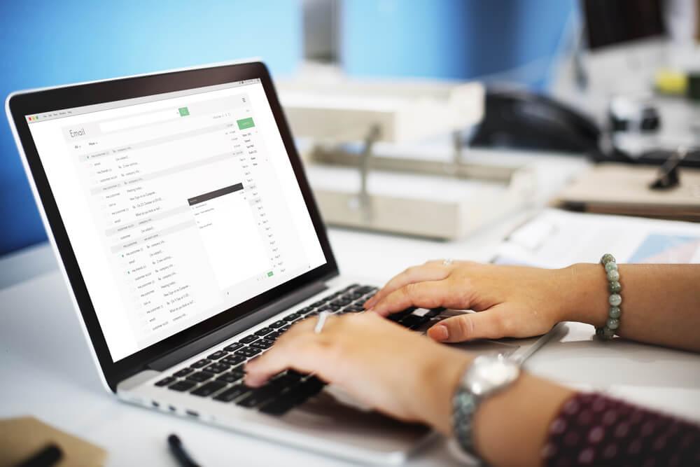 modelo de email sendo escrito em laptop