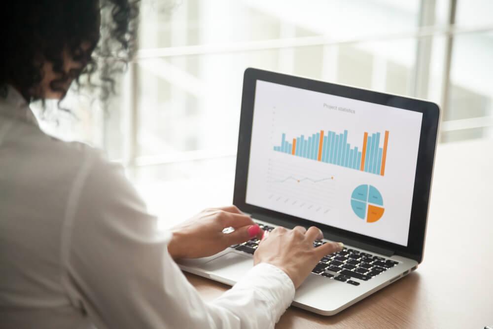 monitoramento de resultados pelo laptop