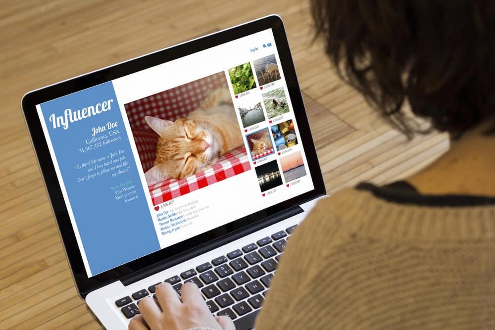mulher acessando laptop em tela de cração de portfolio online