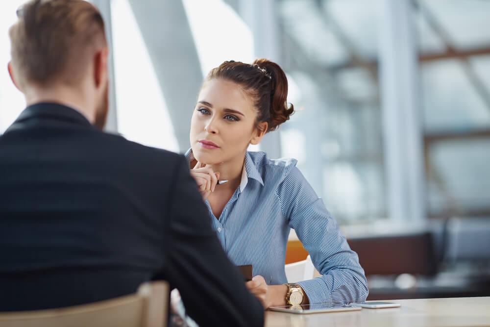 mulher concentrada e praticando escuta ativa em diálogo