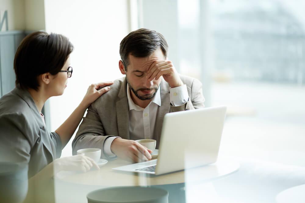 mulher demonstrando empatia por colega de trabalho