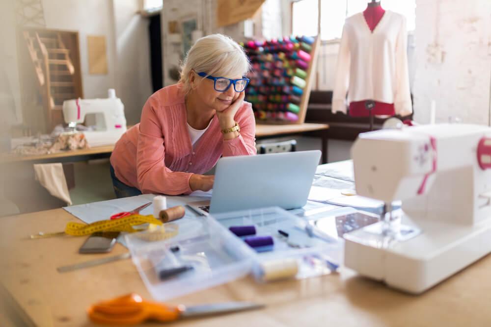mulher em atelier de costuma