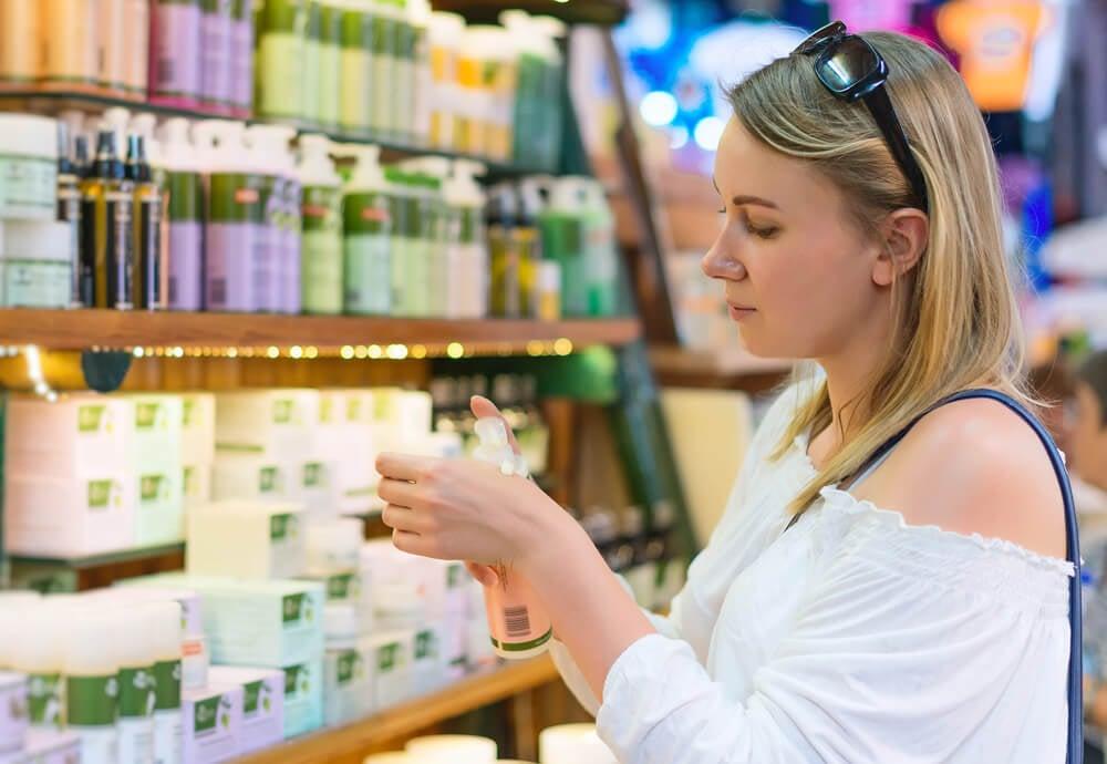 mulher em meio comercial escolhendo seus produto para compra