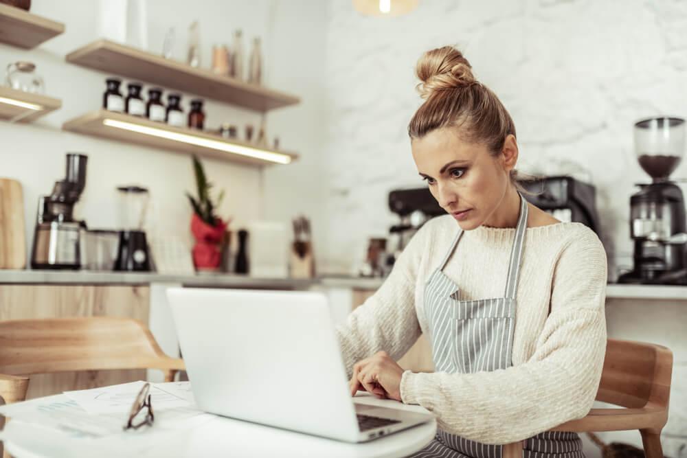 mulher empresaria em negócio prórprio trabalhando em laptop