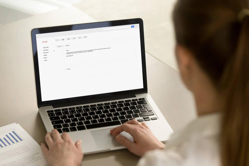 mulher escrevendo email em laptop