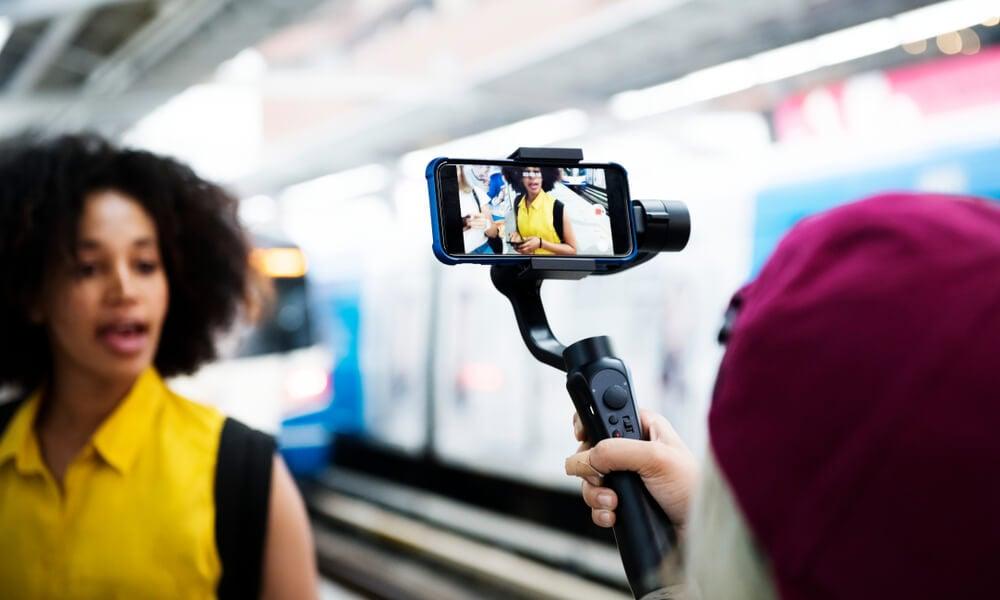 mulher falando ao ser filmada com smartphone