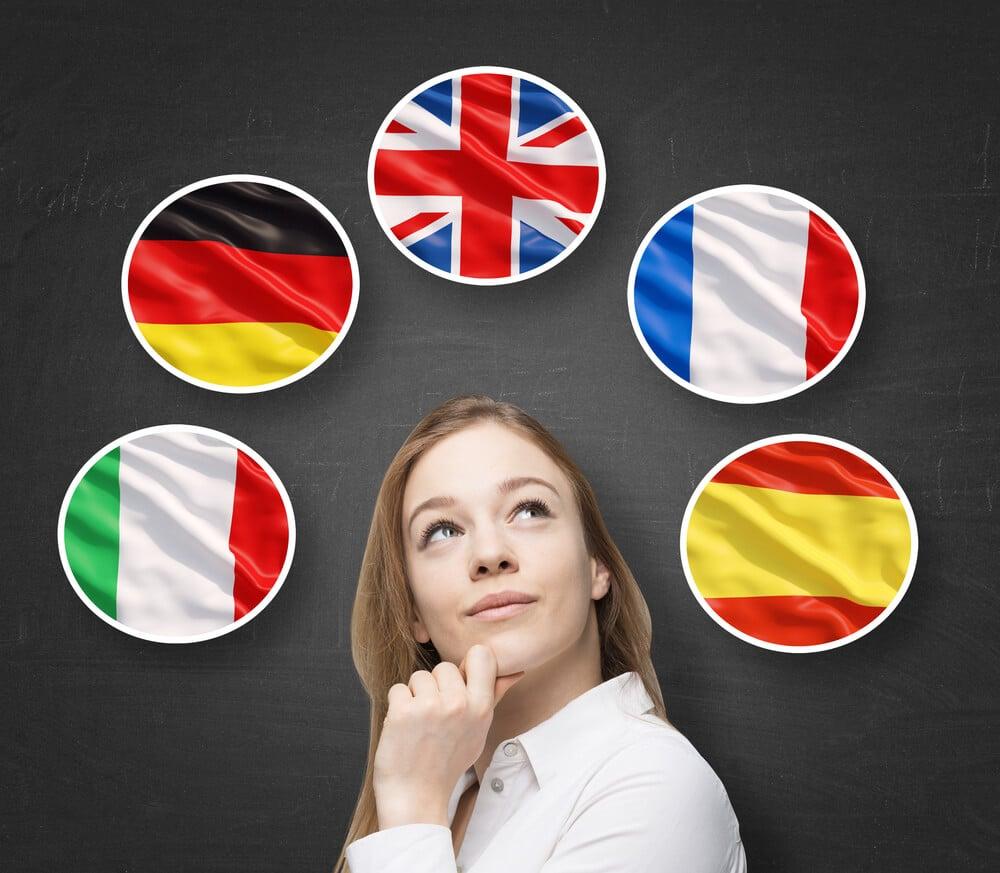 mulher pensativa e simbolos de diferentes paises simbolizando fluencia em diversos idiomas