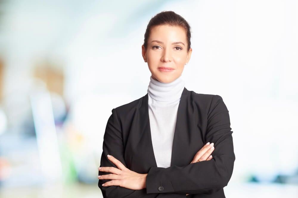 mulher profissional com expressão serena