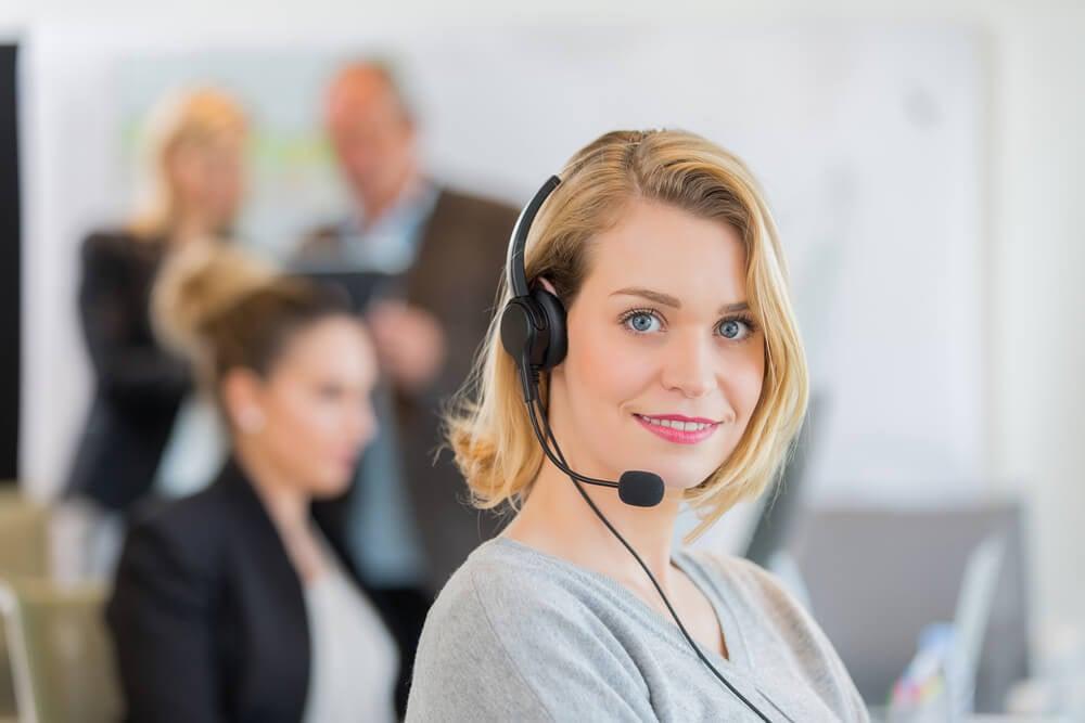 mulher profissional em pós vendas por telefone