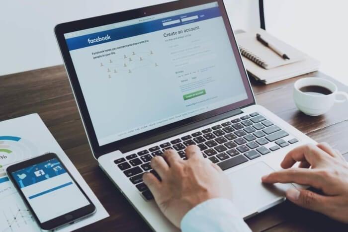 páginas de login à rede social Facebook desktop e mobile