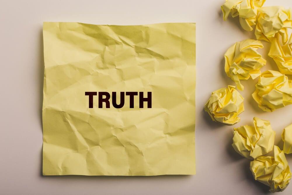 papéis amassados e um deles entitulado verdade