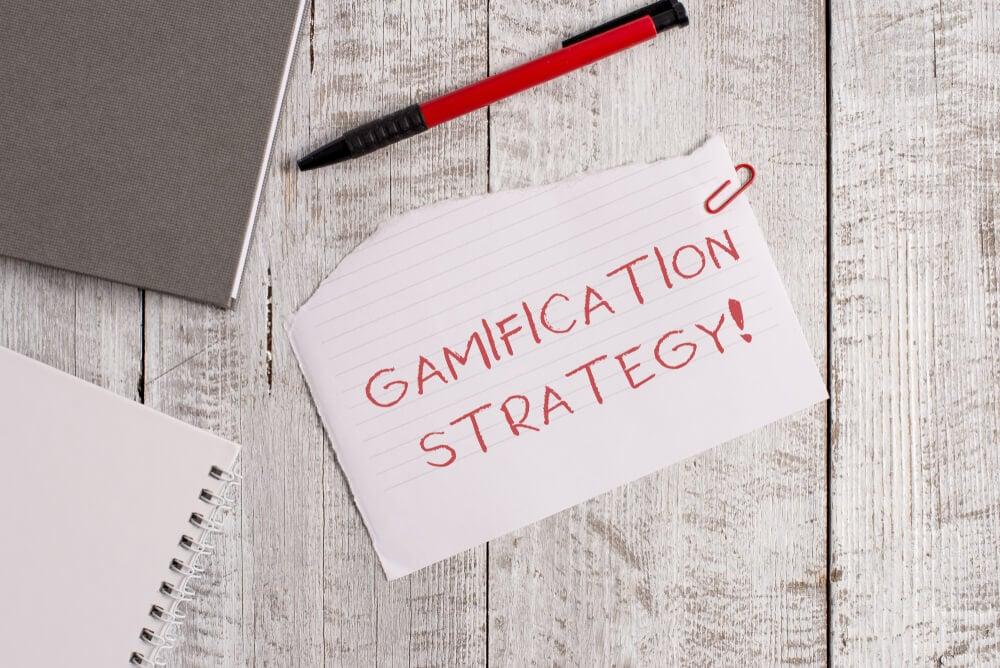 papel com o título estratégia de gamificação em vermelho