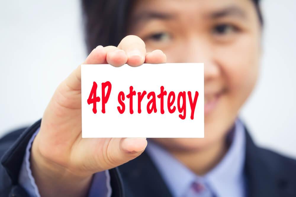 pessoa segurando papel com escrita sobre estratégia dos 4Ps