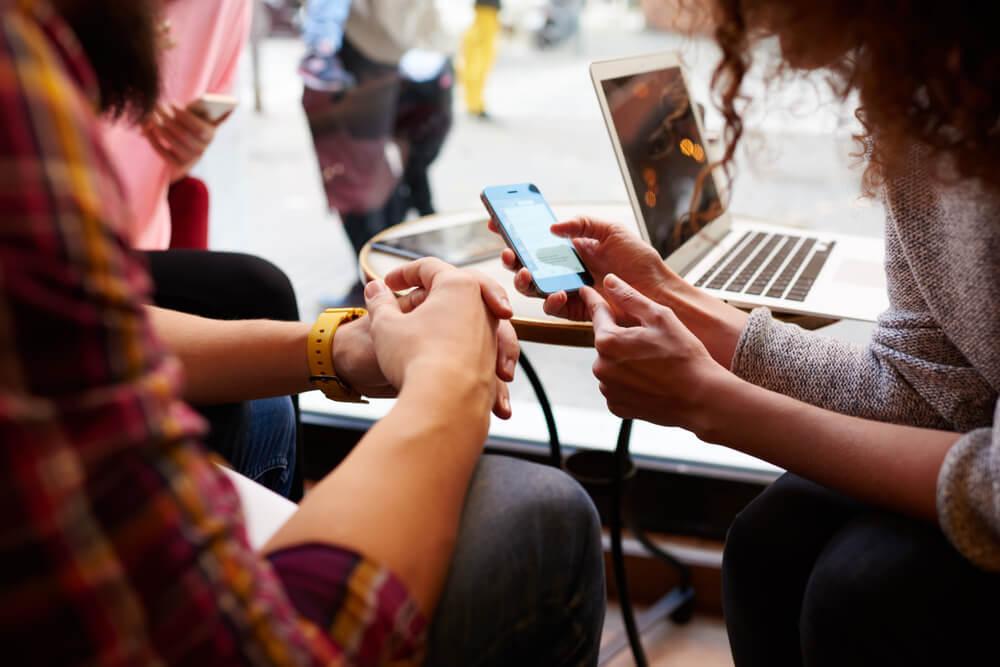 pessoas acessando redes sociais