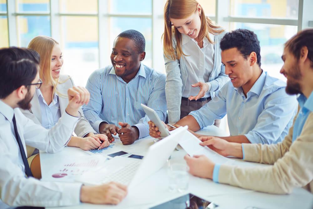 processo de comunicação interna de empresa com equipe engajada e sorridente