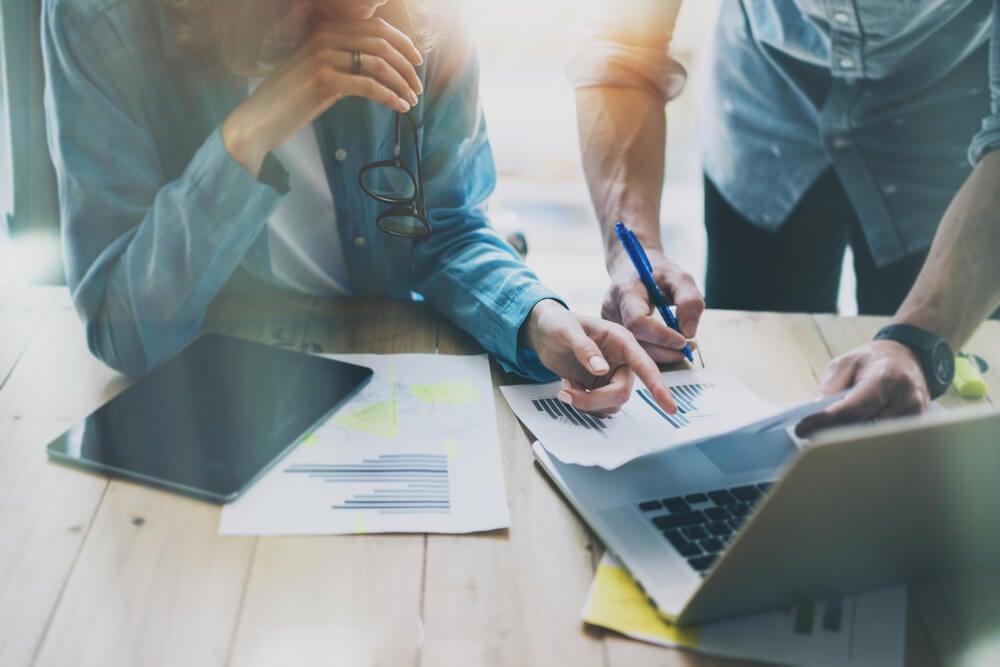 processo de vendas representado por laptop e gráficos em mesa de escritório