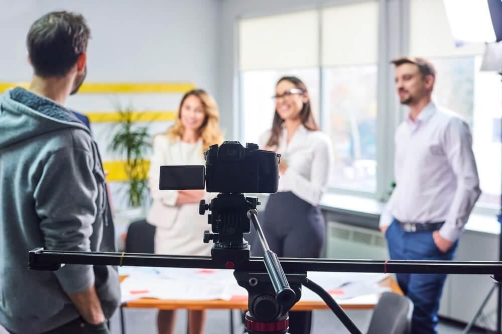 profissiional de video e equipe para produçaõ de material institucional