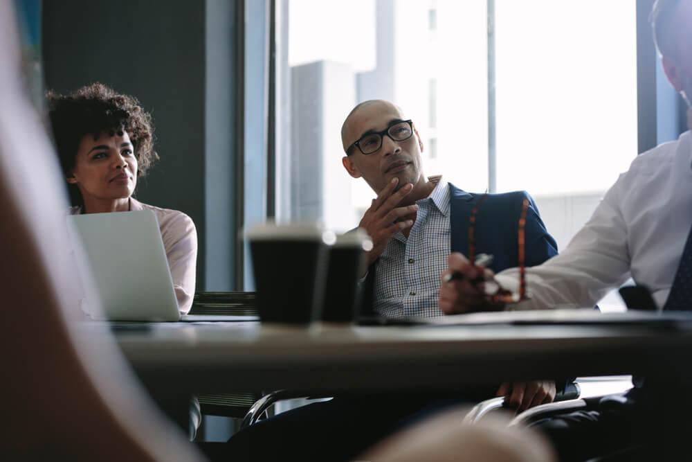 profissionais concentrados em reunião